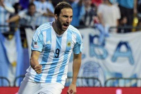 Qonsalo İquain Argentina yığmasındakı karyerasını başa vurub