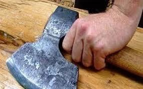 Gəncədə ata oğlunu baltaladı, sonra bıçaqla vurdu