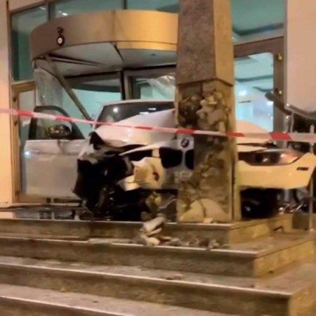 """Gecə Bakıda ağır qəza - """"BMW"""" hotelə girdi"""