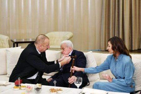 """Prezident İlham Əliyev Xalq artisti Əlibaba Məmmədova """"Şərəf"""" ordenini təqdim edib"""