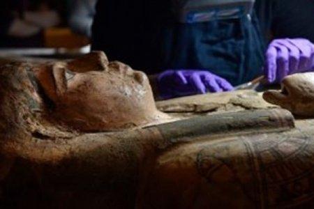 Üç min il yaşı olan Misir mumiyasının tabutunda nadir rəsmlər aşkarlanıb