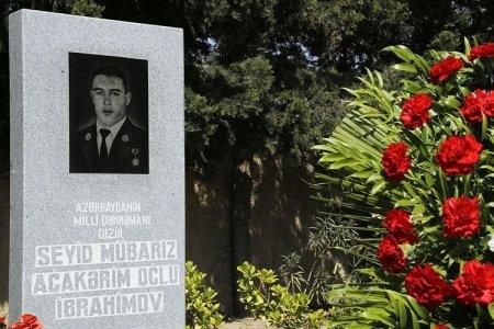 Nazirlik nümayəndələri Milli Qəhrəmanın məzarını ziyarət etdi