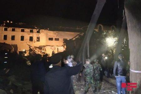 FHN: Ermənistanın Gəncə şəhərini raket atəşinə tutması nəticəsində dağılan evlərin dağıntıları altından 17 yaralı və 8 cəsəd çıxarılıb