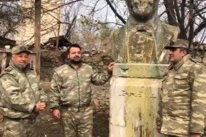 """Samir Cəfərov Bülbülün Şuşadakı ev muzeyində """"Sənsiz"""" romansını ifa etdi"""