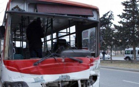 Binəqədidə avtobusla yük maşını toqquşdu - 3 yaralı