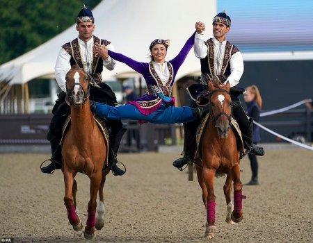 Azərbaycanlı jokeylər Britaniyada atçılıq şousunda tamaşaçıları heyran edib